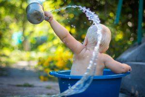 水遊びをする赤ちゃんの後ろ姿