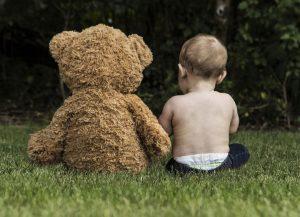 テディベアと赤ちゃんの後ろ姿
