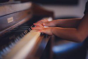 ピアノを練習する手