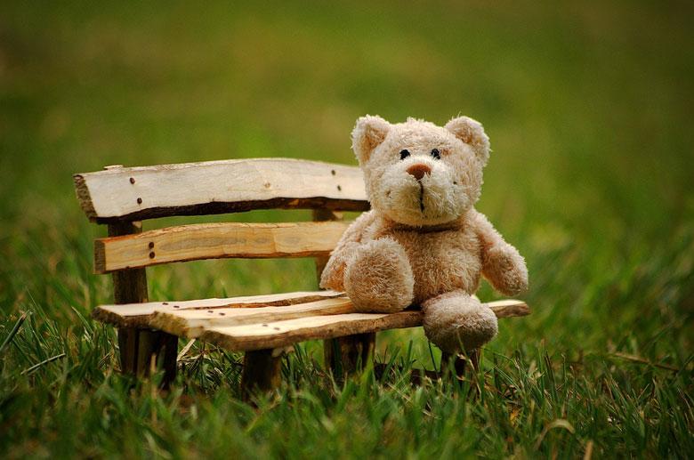 ベンチに座るテディベア