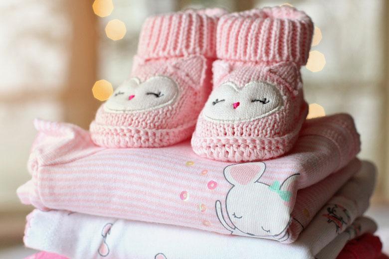 赤ちゃんのピンクの靴と服