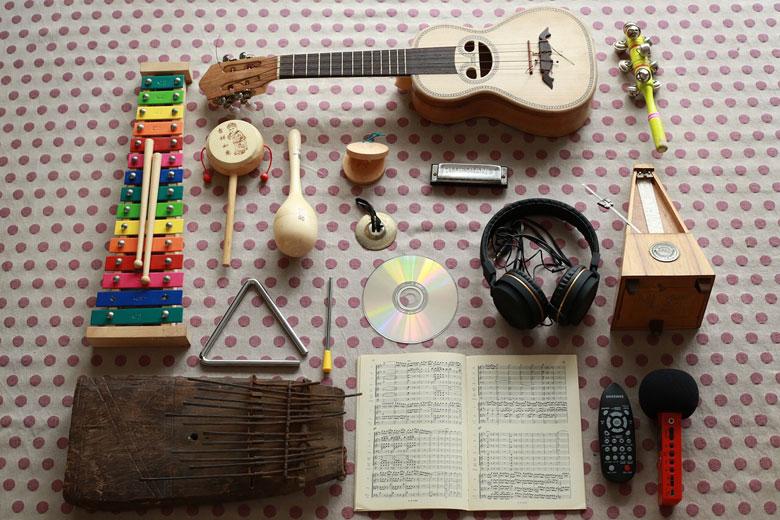 さまざまな楽器が置かれた机