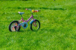 芝生の上の自転車