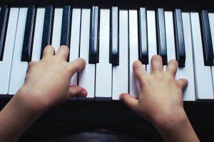 ピアノをひく幼児の手