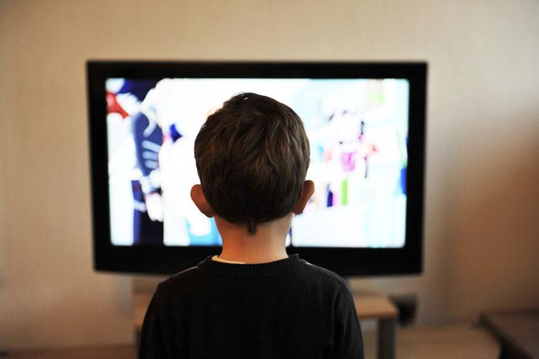 テレビを見る子供の後ろ姿
