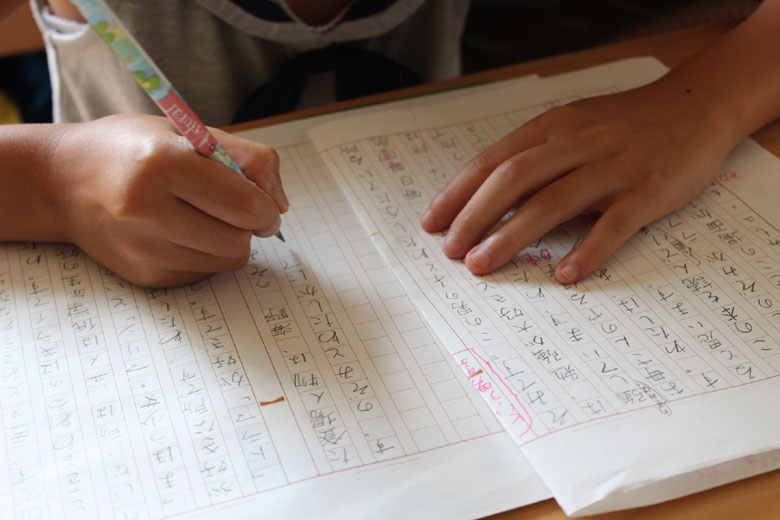 読書感想文を書く子供の手
