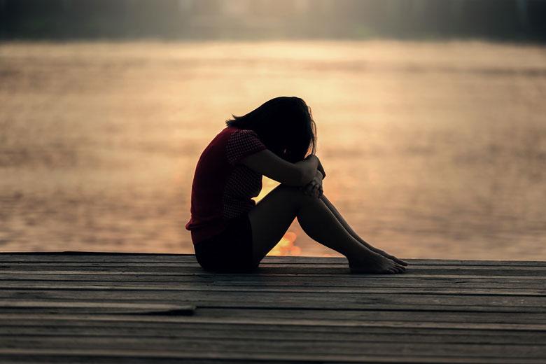 桟橋に座っている女の子