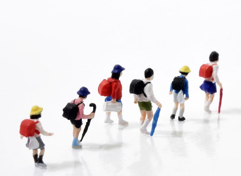 集団登校する小学生