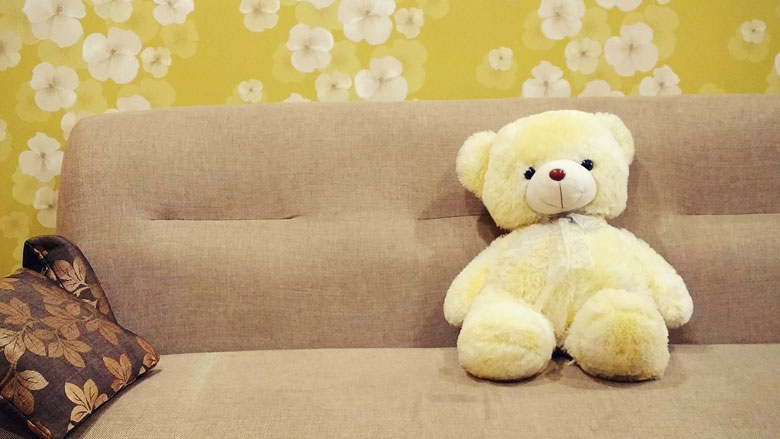 ソファにすわるテディベア