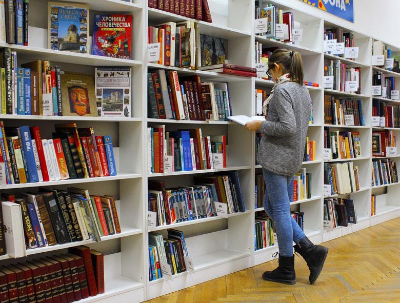 本を選ぶ少女