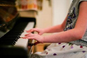 ピアノを弾く女の子の手